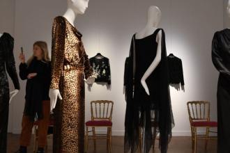 Catherine Deneuve   la robe qui valait 52.500 € 45c1a9a135e3