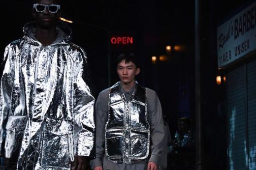 Michael Jackson, star du défilé Louis Vuitton à la Fashion Week de Paris ee6109d2b643
