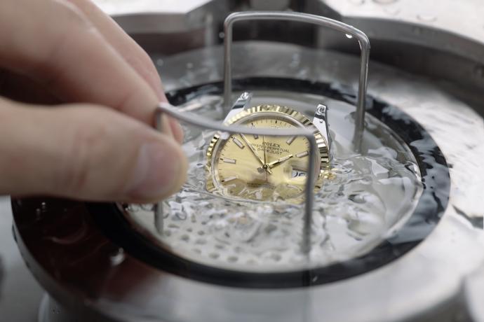 L'étanchéité des montres est testée dans des réservoirs hyperbares développés par la marque