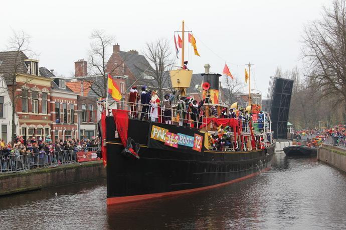 Sinterklaas arrivant sur son bateau