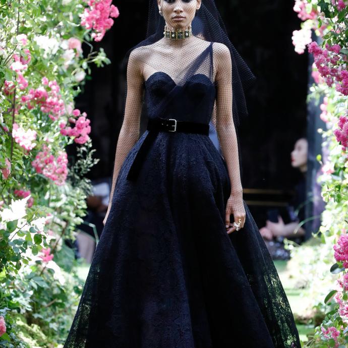 La robe délicate et sophistiquée de Dior. Haute couture automne-hiver 2019-2020, Paris, le 1er juillet 2019.©FRANCOIS GUILLOT / AFP