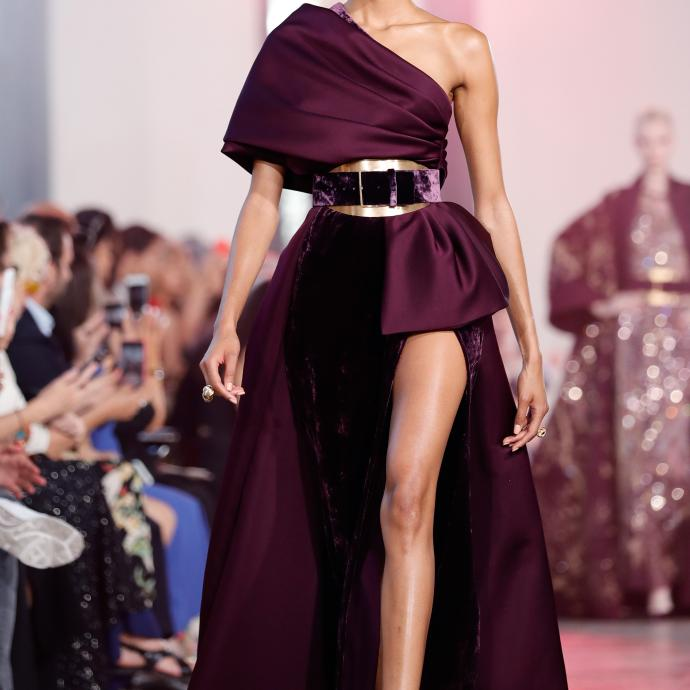 La robe asymétrique, entre chic et sensualité, d'Elie Saab. Haute couture automne-hiver 2019-2020, Paris, le 3 juillet 2019.©THOMAS SAMSON / AFP