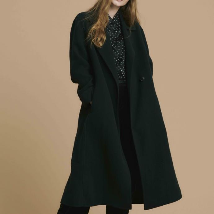 Chapeau Fedora en laine noire, 29,90&euro;<br />Manteau en tweed double boutonnage, 149,90&euro;<br />Blouse en soie imprim&eacute;e &agrave; pois, 59,90&euro;<br />Pantalon large en laine m&eacute;lang&eacute;e, 59,90&euro;<br />&nbsp;