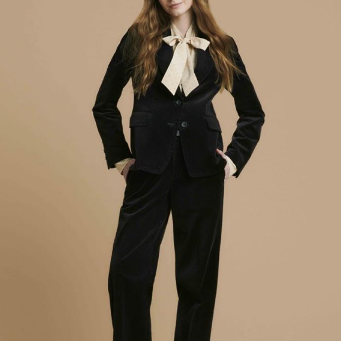 Tailleur pantalon en velours, 99,90&euro; et 59,90&euro;<br />Blouse en rayonne col lavalli&egrave;re nude, 29,90&euro;<br />&nbsp;