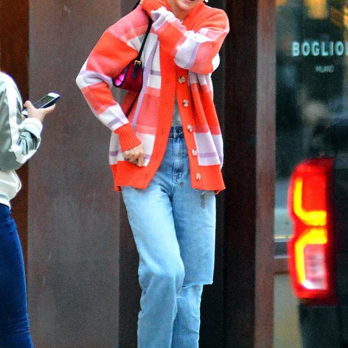 """1. Gigi Hadid à New York avec le cardigan Royalist de Valentine Witmeur Lab. Depuis, dans les coulisses du label, le pull a un nouveau nom : """"Gigi"""". Quand Valentine a envoyé, sans trop y croire, quelques pièces à l'assistante de la styliste de Gigi, elle était loin d'imaginer que cette photo finirait un jour sur Instagram."""