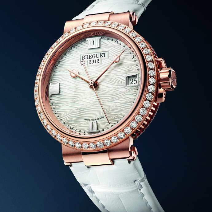 Marine or rose sertie de 50 diamants, mouvement automatique. Prix : 34.200 €