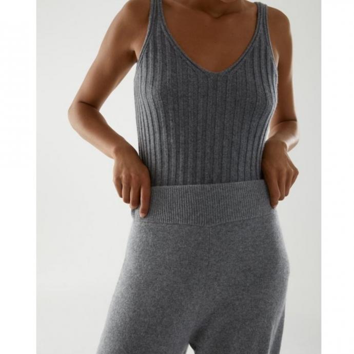 <em>Pantalon en cachemire, COS, 175 &euro;.</em>