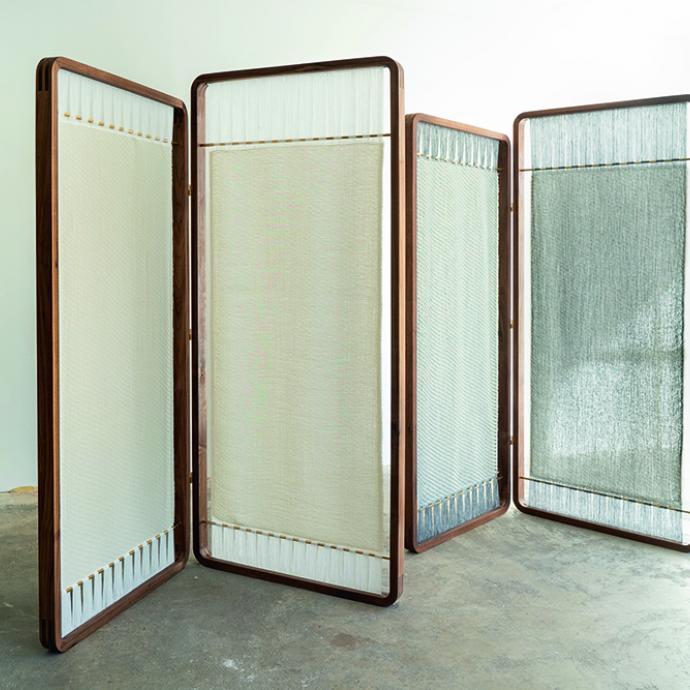 """Double &eacute;cran en lin, structure Trevira&copy; ou coton bio avec caoutchouc ou soie, mont&eacute;e sur un cadre en noyer ou fr&ecirc;ne massif huil&eacute; et laiton. H 180 x L 160 cm x P 2, 3 cm. Mod&egrave;les Aki Ton et Aki Akua, cr&eacute;ation Nathalie Van der Massen et Charlotte Vlerick (HIJA). (<a href=""""http://www.nathalievandermassen.com"""" target=""""_blank"""">www.nathalievandermassen.com</a> et <a href=""""http://www.akiparavent.com"""" target=""""_blank"""">www.akiparavent.com</a>). Photo : &copy; Jeroen Verrecht"""