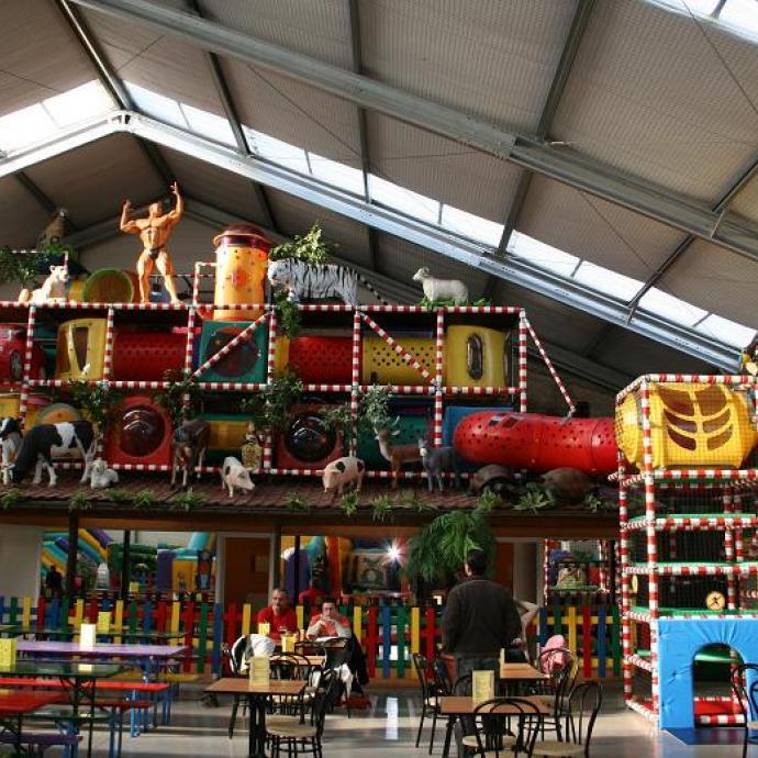 Ce complexe de 3200 m² de jeux intérieurs et extérieurs regroupe de nombreuses activités dont une énorme aire de jeux avec châteaux gonflables et toboggans, de géantes piscines à boules, des ponts de singe, un car-wash, des labyrinthes,…
