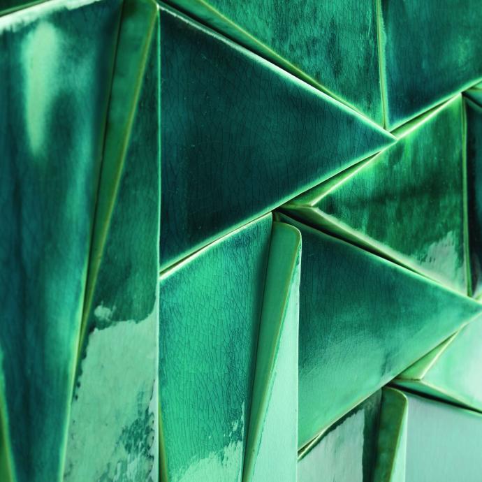 """D&eacute;tail sur une composition de carreaux 3D, mod&egrave;le Tejo en terre cuite &eacute;maill&eacute;e brillante. Cr&eacute;ation Theia.<a href=""""http://theiatiles.com"""" target=""""_blank"""">theiatiles.com</a>"""