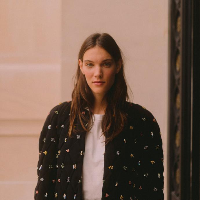 Charlotte Cardin affichait quant à elle un blouson noir en coton brodé de la collection Métiers d'art Paris-31 rue Cambon.