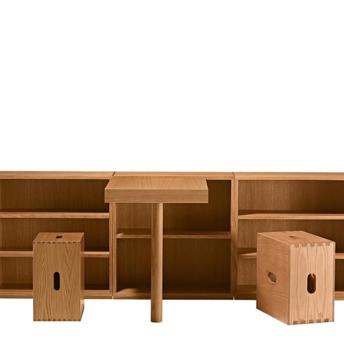 Con&ccedil;u en 1957 pour les chambres d&rsquo;enfants des Unit&eacute;s d&rsquo;Habitation de Nantes-Rez&eacute;, ce bureau combine un plan d&rsquo;appui et un rangement. Sa conception modulaire permet l&rsquo;ajout d&rsquo;un compartiment ouvert avec des &eacute;tag&egrave;res fixes et peut alors &ecirc;tre utilis&eacute; &agrave; 2. En ch&ecirc;ne rouvre teint&eacute; naturel mat. Mod&egrave;le LC16, set de 2 meubles avec appui droit ou gauche, 4 300 &euro;. El&eacute;ment ouvert avec deux &eacute;tag&egrave;res, 1 115 &euro;. &nbsp;Tabouret LC14 en ch&ecirc;ne ou ch&acirc;taignier, 660 &euro; et 855 &euro;, cr&eacute;ation Le Corbusier, collection I Maestri chez Cassina.<br />&copy; Cassina