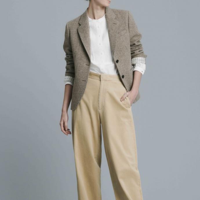 Blazer en tweed beige, 99,90&euro;<br />Chemise blanche en serg&eacute; de coton manches longues, 29,90&euro;<br />Pantalon large en velours c&ocirc;tel&eacute; beige, 39,90&euro;<br />&nbsp;