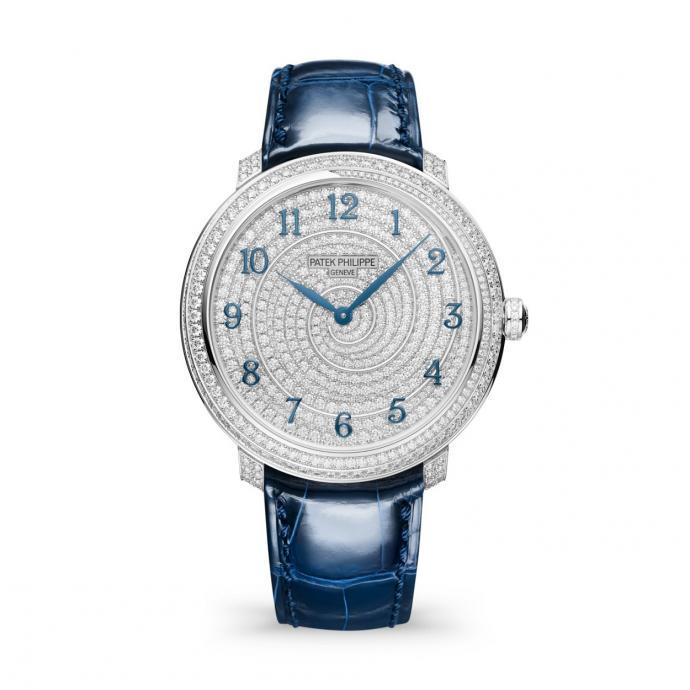 En or blanc 36,5 mm de diamètre, entièrement sertie de diamants, chiffres appliqués en or bleui, cadran en or blanc. La montre est sertie d'un total de 770 diamants pour environ 4,4 ct. Prix : 67.430 €.