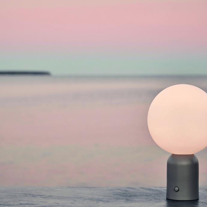 <strong>Base rechargeable et lumi&egrave;re LED dimmable</strong>, lampe de table Pica avec 6 h d&rsquo;automonie, en m&eacute;tal peint et verre (H 28 x &Oslash; 17,2 cm), 146 &euro;, cr&eacute;ation Joa Herrenknecht chez Bolia (bolia.com).