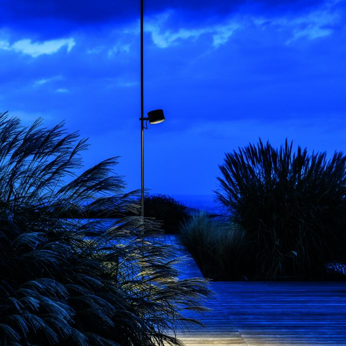 <strong>Avec Lumi&egrave;re LED et spot orientable</strong>, lampadaire Bubka en m&eacute;tal (H 295 x &Oslash; 15 cm), 1 090 &euro;, cr&eacute;ation Daniele Sprega chez Davide Groppi (davidegroppi.com).