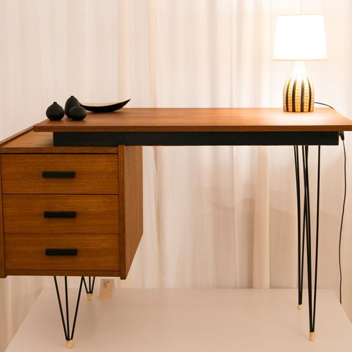 Le bureau &agrave; caisson des ann&eacute;es 1950 est toujours d&rsquo;actualit&eacute;. Teck patin&eacute;, poign&eacute;es de tiroirs &eacute;l&eacute;gantes, pi&egrave;tement m&eacute;tallique a&eacute;rien et plateau graphique pour ce mod&egrave;le hollandais fabriqu&eacute; par Tijsseling, 1 300 &euro;, chez Iconik Gallery.<br />&nbsp;&copy; Iconik Gallery