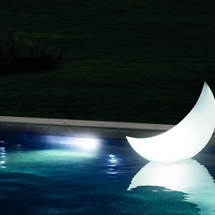 <strong>Waterproof et flottantes</strong>, sph&egrave;re (L 89 x &nbsp;H 79 cm) et lune (L 135 x H 89 x l 43 cm) gonflables et lumineuses, avec batterie rechargeable et lumi&egrave;re LED d&rsquo;une autonomie de 5 h maximum, 4 couleurs,&nbsp;<br />40 &euro;, l&rsquo;une, chez Intex (intex.fr).