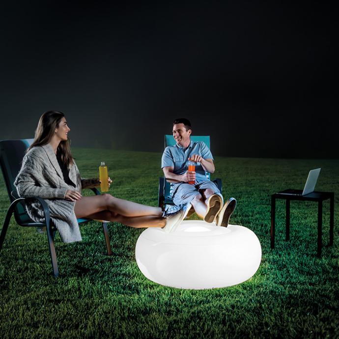 <strong>Double fonction pour ce pouf lumineux gonflable</strong>, avec batterie rechargeable et lumi&egrave;re LED d&rsquo;une autonomie de 5 h maximum, 4 couleurs (H 33 x &Oslash; 86 cm), 40 &euro;, l&rsquo;une, chez Intex (intex.fr).&nbsp;