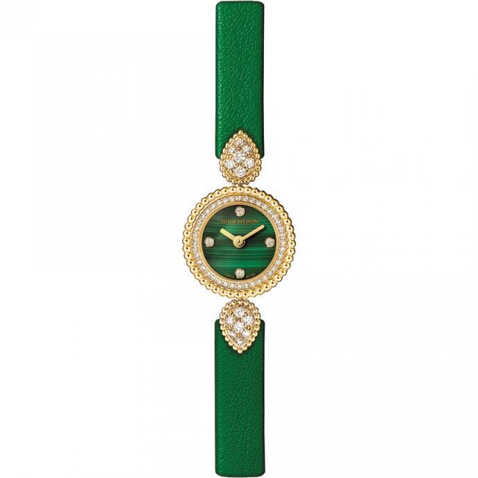 En or jaune sertie de diamant, cadran en malachite orné de quatre diamants, bracelet cuir vert. Prix : 11.900 €.