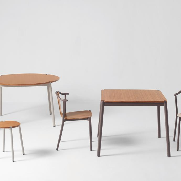 Si&egrave;ges et tables en bambou avec pi&egrave;tement m&eacute;tallique laqu&eacute;, trois couleurs (gris, caf&eacute; ou bordeaux). Collection <strong>Angle &amp; Arc</strong>, cr&eacute;ation Michael Young pour Zens lifestyle, table carr&eacute;e, 542, &euro; ; table ronde, 799 &euro; ; chaise, 389 &euro;, tabouret haut et bas, 180 &euro; et 153 &euro; (zenslifestyle.com). &copy; Zens Lifestyle&nbsp;
