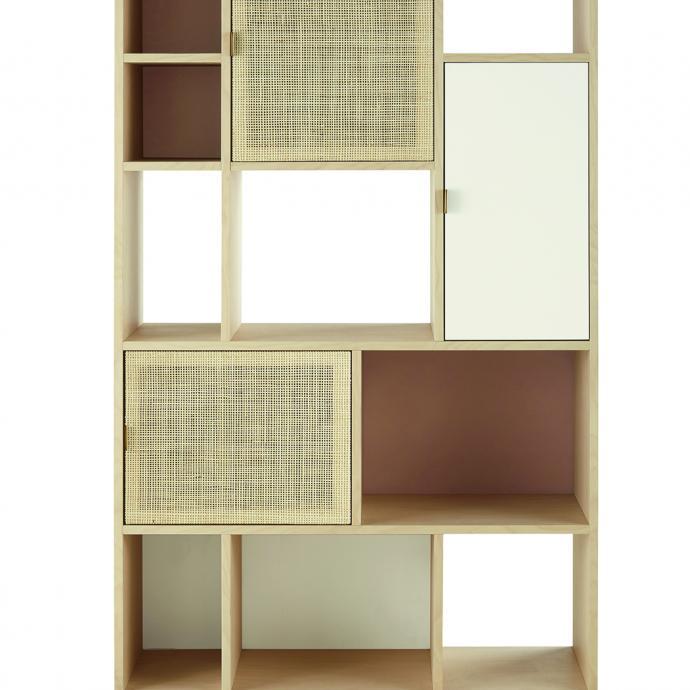 """Biblioth&egrave;que en placage de h&ecirc;tre et bouleau avec portes &agrave; la fa&ccedil;ade en cannage de rotin. H 185 x L 100 x P 35 cm. Gamme Solstice chez Maisons du Monde, 349 &euro; (<a href=""""http://maisonsdumonde.com"""" target=""""_blank"""">maisonsdumonde.com</a>). &copy; Maisons du monde"""
