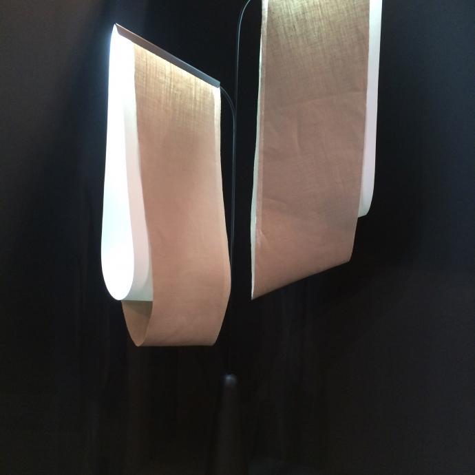 Lampadaire en lin lav&eacute;, structure m&eacute;tallique et papier. Mod&egrave;le <em>Murnpeowie</em>, cr&eacute;ation Constance Guisset Studio&nbsp;