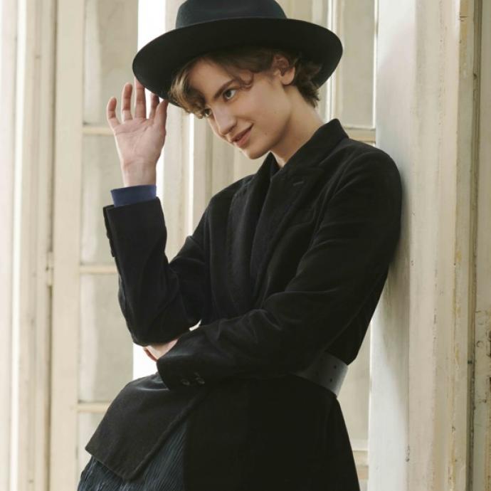 Chapeau Fedora en laine noire, 29,90&euro;. Veste en velours noire, 99,90&euro;<br />Ceinture en cuir noir, 29,90&euro;<br />Robe en satin pliss&eacute;e froiss&eacute;e, 49,90&euro;<br />&nbsp;