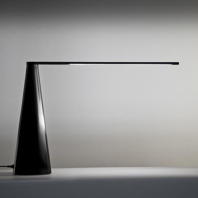 Lampe LED en aluminium noir ou blanc avec bras pivotant. Mod&egrave;le Elica, 515 &euro;, cr&eacute;ation Brian Sironi chez Martinelli Luce.<br />&copy; Martinelli Luce&nbsp;
