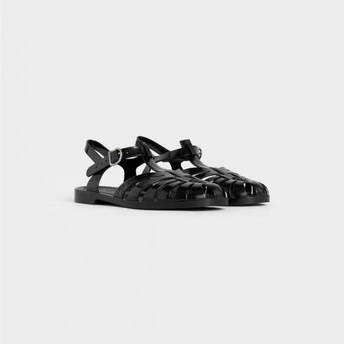 """<a href=""""https://www.celine.com/fr-fr/celine-boutique-femme/chaussures/sandales/sandale-de-plage-en-pvc-337867000C.38NO.html"""" target=""""_blank""""><em>Plus d&#39;infos</em></a>"""