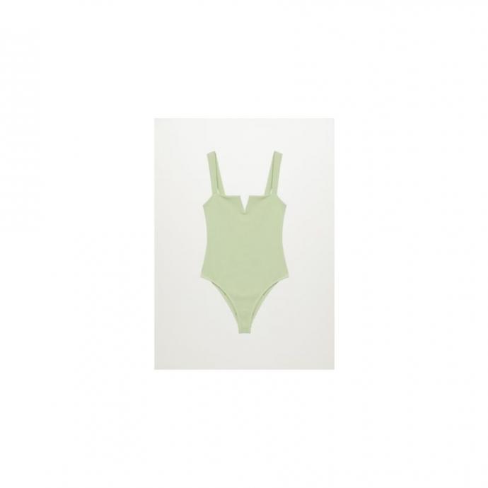 """<em>Le Une-Pi&egrave;ce textur&eacute;, Mango, 49,99&euro;, &agrave; shopper <a href=""""https://shop.mango.com/fr/femme/bikini-et-maillot-de-bain-maillot-de-bain/maillot-de-bain-texture-ouverture_87034385.html """" target=""""_blank"""">ici</a>.</em>"""