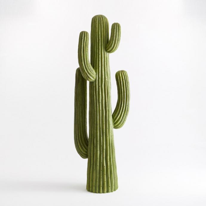 "Cactus resine grande taille Quevedo, 263,20&euro;. <a href=""https://www.laredoute.be/ppdp/prod-350061977.aspx?docid=868520#srt=noSorting&amp;searchkeyword=ampm&amp;shoppingtool=brandpage&amp;pgnt=2"" target=""_blank""><em>Disponible ici.</em></a>"