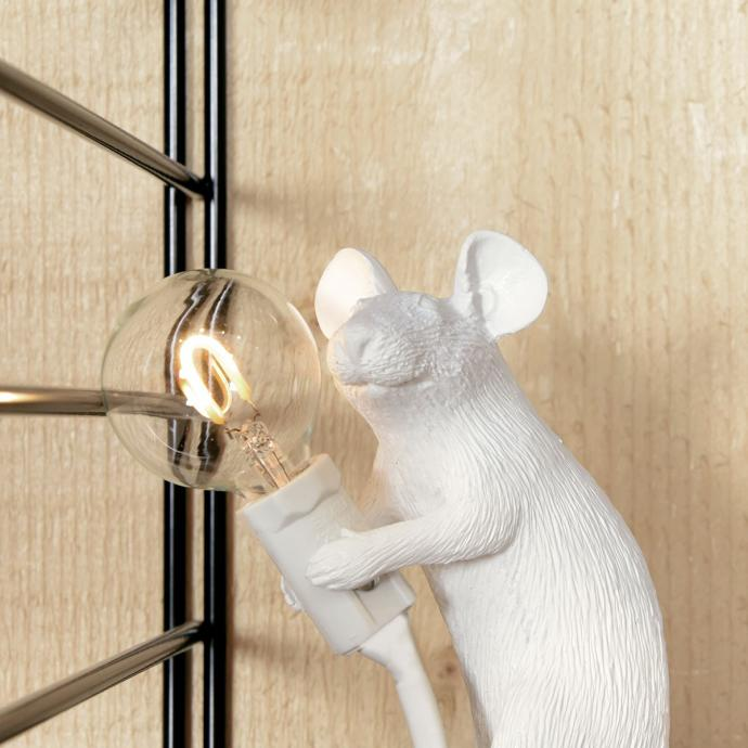 """Lampe souris assis, SELETTI, 72&euro;. <em>Disponible <a href=""""https://www.madeindesign.com/prod-tapis-pinocchio-o-90-cm-hay-ref42730000.html"""" target=""""_blank"""">ici</a>.</em>"""