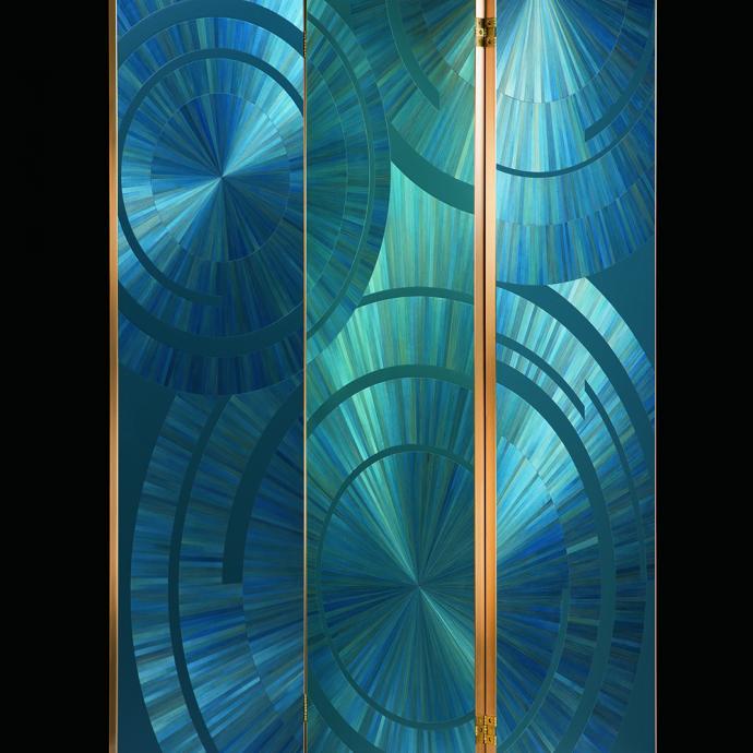 """Esprit Art d&eacute;co pour de ce paravent &agrave; 3 volets en marqueterie de paille, laque et laiton patin&eacute;. H 185 cm x L 50 cm. Existe en 5 panneaux. Mod&egrave;le Ripple Screen, cr&eacute;ation Jallu, prix sur demande (<a href=""""https://www.yannjallu.net/"""" target=""""_blank"""">www.yannjallu.net</a>). Photo : &copy; Jallu"""