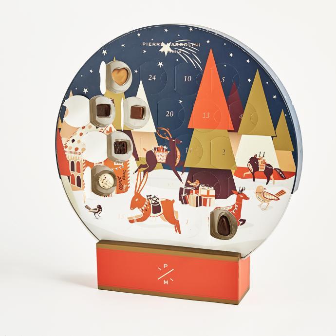 Avec sa forme en boule de neige, ce calendrier de l'avent renferme 24 douceurs chocolatées pour le plus grand bonheur des accros au chocolat…et pas n'importe lequel s'il-vous plait, ici ce sont des pralines signées Marcolini, qui au fil des jours vous font découvrir les chocolats iconiques de la maison.