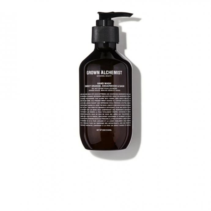 """<strong>Savon liquide &agrave; l&rsquo;orange am&egrave;re, c&egrave;dre &amp; sauge, Grown Alchemist, 300 ml, 25 &euro; - </strong>Un gel nettoyant pour les mains revigorant qui &eacute;limine en douceur les impuret&eacute;s pour une peau douce douce et hydrat&eacute;e. <a href=""""https://www.ohmycream.com/collections/corps-mains-pieds/products/hand-wash-orange-amere-cedre-sauge?variant=38934862852"""" target=""""_blank"""">Retrouvez-le ici.</a>&nbsp;"""