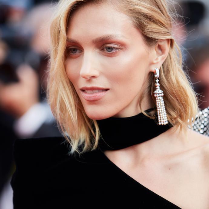 La top modèle Anja Rubik en bijoux Boucheron à la montée des marches du film « The Meyerowitz Stories ».