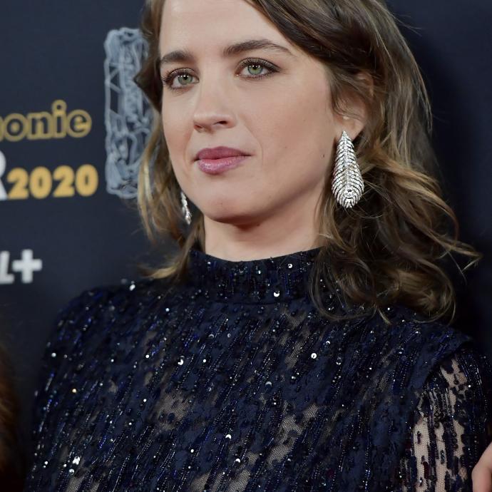 L'actrice française Adèle Haenel, qui s'est fait remarquerpar sa sortie théâtrale portait quant à elle des boucles d'oreilles de la collection Plume de Paon de chezBoucheron.