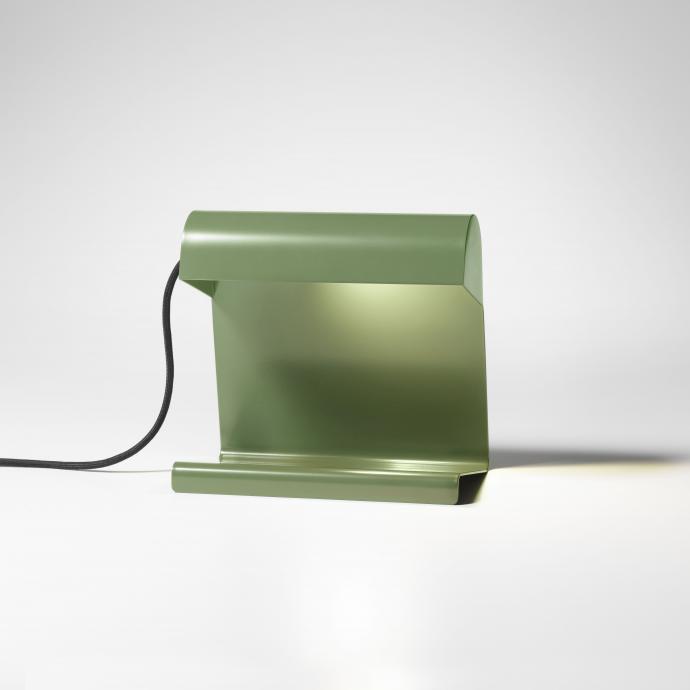 Dessin&eacute;e en 1930 pour la Cit&eacute; universitaire de Nancy, lampe de table en t&ocirc;le d&rsquo;acier, noir, rouge ou vert (L 24 x P 14,5 x H 22,5 cm). Cr&eacute;ation Jean Prouv&eacute;, 249 &euro;, chez Vitra.<br />&copy; Vitra