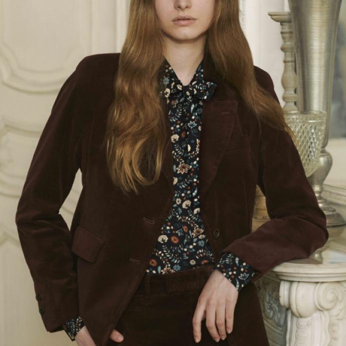 Tailleur pantalon en velours lisse, 99,90&euro; et 59,90&euro;<br />Blouse &agrave; fleurs en rayonne col lavalli&egrave;re, 29,90&euro;<br />&nbsp;