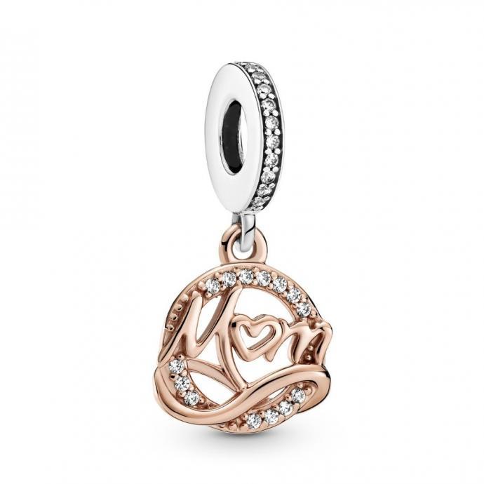 """Un charms Mum Pandora, 49 euros, &agrave; shopper <a href=""""https://fr.pandora.net/fr/cadeaux/pour-qui-/cadeaux-pour-ma-mere/ """" target=""""_blank"""">ici.</a>"""
