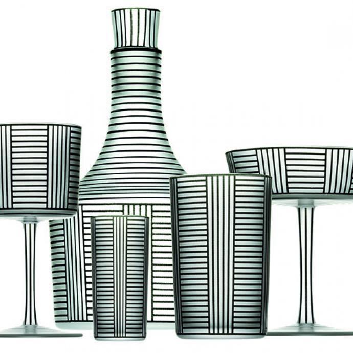 """<strong>Architectural</strong><br />D&rsquo;apr&egrave;s un dessin original des ateliers viennois en 1912/14, carafe &agrave; d&eacute;canter (H 10,4 et &Oslash; 6,9 cm) et verre &agrave; liqueur (H 7,5 cm et &Oslash; 3,6 cm, &agrave; eau, &agrave; vin ou &agrave; champagne en cristal. Cr&eacute;ation Josef Hoffmann pour J &amp; L Lobmeyr, 765 &euro; et verre de 125 &euro; &agrave; 175 &euro;, la pi&egrave;ce chez Arteum (<a href=""""http://boutique.mad.paris.fr"""" target=""""_blank"""">boutique.mad.paris.fr</a>). &copy; Arteum"""