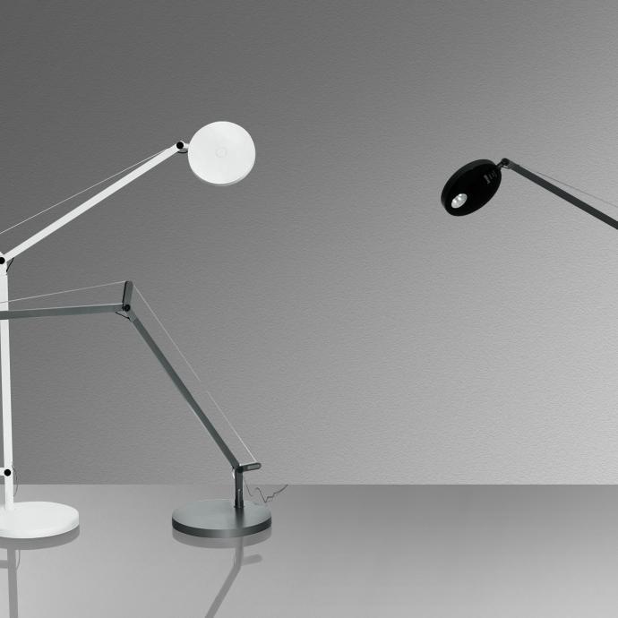 Bras et diffuseur r&eacute;glable, orientable et inclinable avec source LED qui peut &ecirc;tre dot&eacute;e d&rsquo;un d&eacute;tecteur de mouvement pour s&rsquo;&eacute;teindre et s&rsquo;allumer automatique en fonction de votre absence et pr&eacute;sence. Base en technopolym&egrave;re verni, avec t&ecirc;te et bars en aluminium verni. Mod&egrave;le Demetra, 365 &euro;, cr&eacute;ation Naoto Fusawaka, avec base gris anthracite, blanc ou noir opaque, chez Artemide.&nbsp;<br />&copy; Artemide