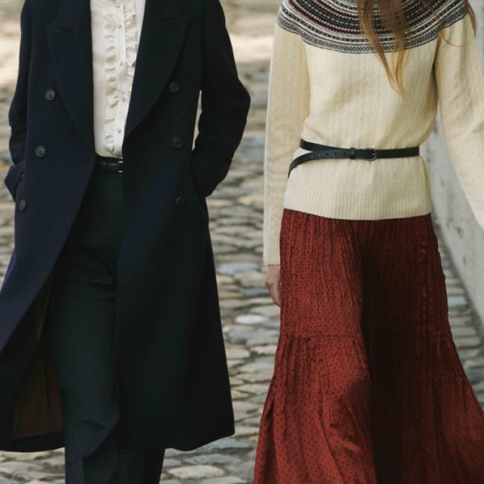 A gauche. Manteau en tweed double boutonnage, 149,90&euro;. Chemise en coton volant&eacute;e manches longues col droit, 29,90&euro;. Pantalon marine en serg&eacute; de tencel, 39,90&euro;<br />A droite. Chapeau Fedora en laine noire, 29,90&euro;. Pull en maille 3D jacquard manches longues, 39,90&euro;. Fine ceinture en cuir noir, 29,90&euro;. Jupe longue pliss&eacute;e froiss&eacute;e, 29,90&euro;<br />&nbsp;
