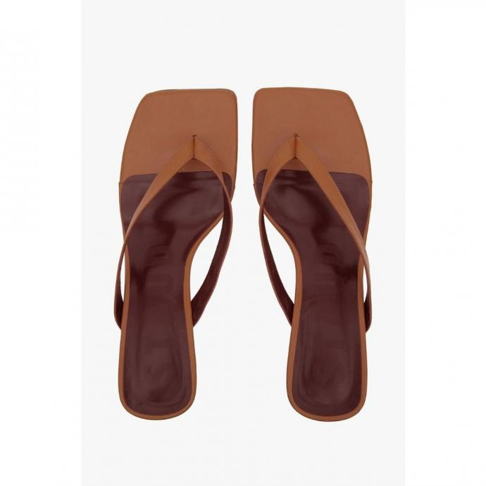 "<em><a href=""https://staud.clothing/products/audrey-sandal-tan?variant=31805520085073"" target=""_blank"">Plus d&#39;infos</a></em>"