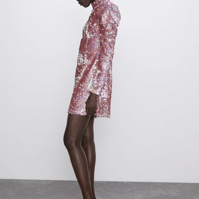 "Robe &agrave; paillettes, Zara, 59,95 &euro;, <a href=""https://www.zara.com/be/fr/robe-mini-%C3%A0-paillettes-p02488150.html?v1=31797570&amp;v2=1143013#origin=similar"" target=""_blank"">&agrave; shopper ici</a>.&nbsp;"