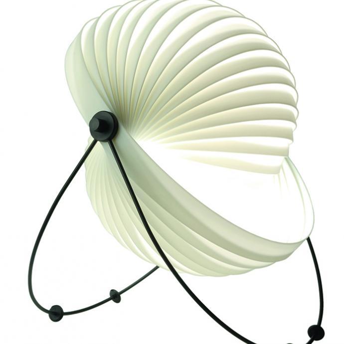 A la forme modulable, lampe fabriqu&eacute;e &agrave; partir d&rsquo;une unique bande de plastique enroul&eacute;e sur elle-m&ecirc;me. <strong>Mod&egrave;le Eclipse</strong>, cr&eacute;ation Mauricio Kablin pour Objekto (objekto.fr). &copy; Objekto