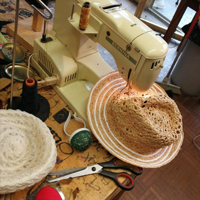 Sa machine à coudre, celle qui lui sert à piquer ses chapeaux, des pièces uniques pour la plupart.
