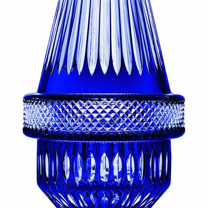 """<strong>Tradition revisit&eacute;e&nbsp;</strong><br />Vase en cristal transparent, bleu royal, ou flanelle. Cinq versions, dont deux pi&egrave;ces de prestige en couleur. H 30 x L 17 cm. Mod&egrave;le Matrice, cr&eacute;ation Kiki Van Eijk, 2 500 &euro; et 4 950 &euro; (mod&egrave;le en &eacute;dition limit&eacute;e de 188 exemplaires) pour La Cristallerie de Saint-Louis (<a href=""""http://www.saint-louis.com"""" target=""""_blank"""">www.saint-louis.com</a>). &copy; Saint-Louis"""