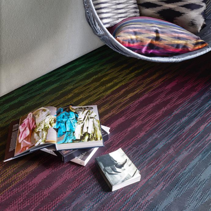 <em>Rev&ecirc;tement en vinyle tiss&eacute; effet textile, disponible en rouleaux ou dalles de 50 x 50 cm. 4 motifs, Trinidad, Zigzag et Flame et Flame Patch. Collection Missoni Home chez Bolon.</em>&nbsp;